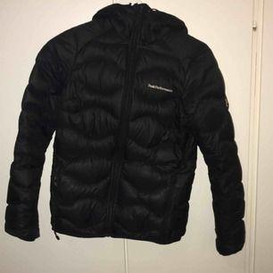 Fräsch Peak jacka, storlek Xs. Köpte den för ungefär en vecka sedan vill köpa en annan jacka. Hör av dig för mer information