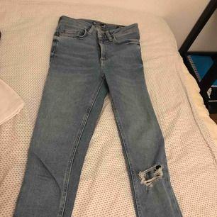 Fina jeans med hål på ena knät, från Cubus! Knappt använda! Strl 24 Nypris: 599 kr Mitt pris: 200 kr ink frakt