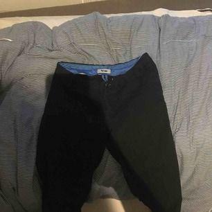 Acne byxor i bra skick för ett bra pris  Frakt betalt man själv
