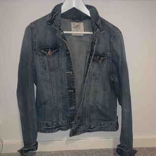 Jeansjacka ifrån H&M. Storlek 42 (väldigt liten i storlek skulle säga att den passar 34,36)