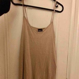 Ett beige linne ifrån Gina tricot, aldrig använt. Storlek S. Ej justerbara band.