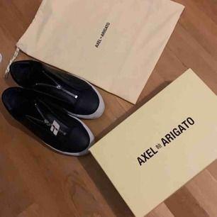 Säljer ett par Axel Arigato skor i storlek 39. Köpta för 1900 i NK gallerian.