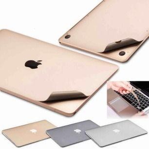 Två stycken macbook-air skal som går att klistra på enkelt. Passar macbook air. Innehåller skal för framsida, baksida och tangentbord.