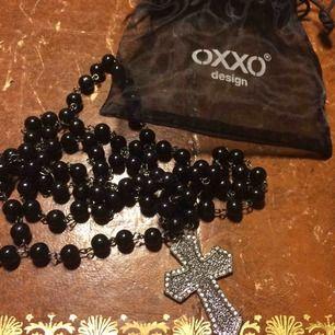 Halsband med kors från märket oxxo design. Originalpåse finns, hittar inte kvittot men garanterar att det är äkta. Har använt en gång sedan jag köpte. Superfint!!