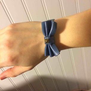 Armband med rosett/studs samt knappstängning (2st så går att göra större/mindre) Använt skick men har mer att ge Köpt på Gina har jag för mig
