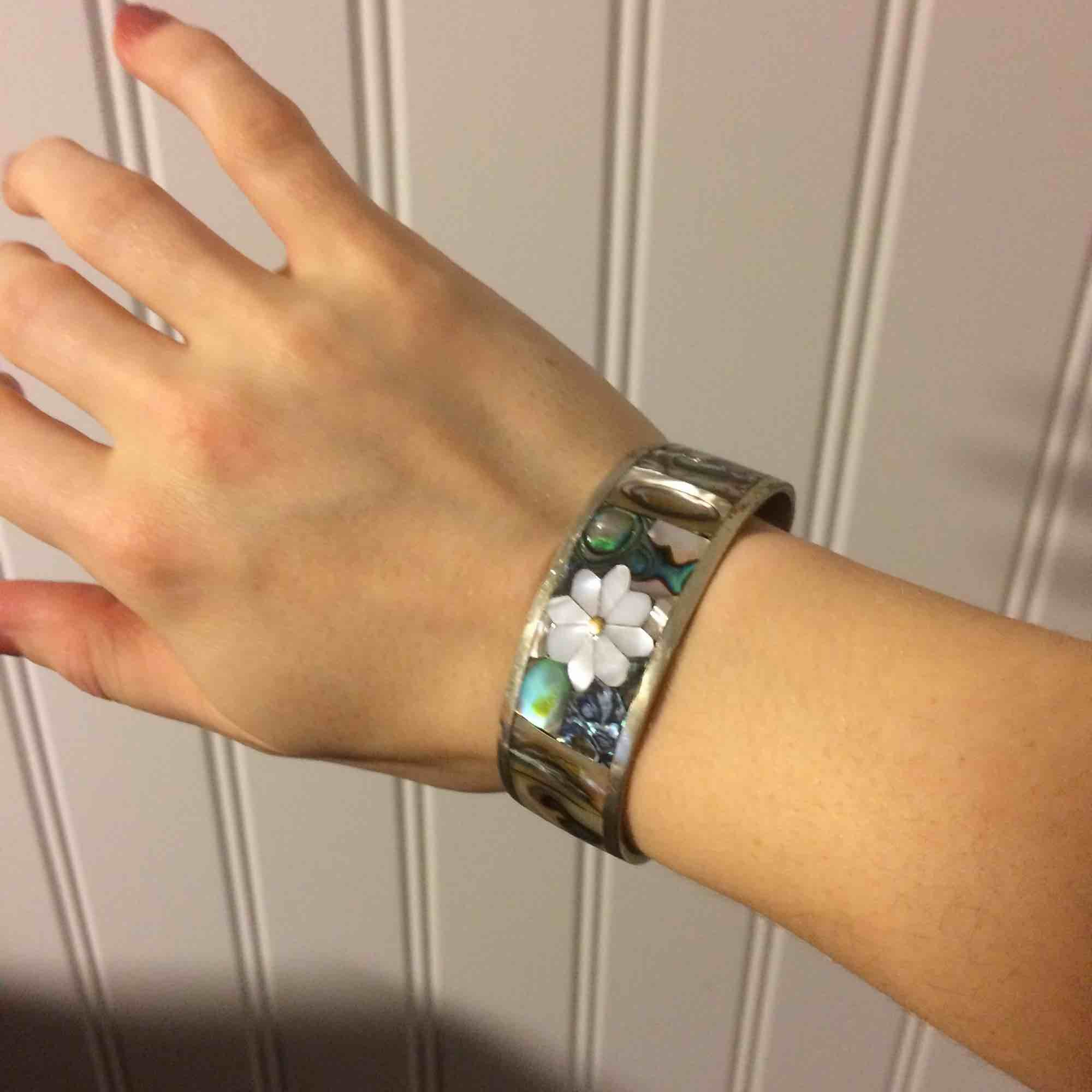 Armband i silver/pärlemo som jag fått som barn. Använt 2 ggr. Superfint o går att justera lite men rätt stelt annars. Till för smala handleder. Accessoarer.