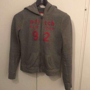 Hej säljer en fin hoodie från Amber fitch. Det är L barnstorlek men passar mig som har XS🥳 bra skick.