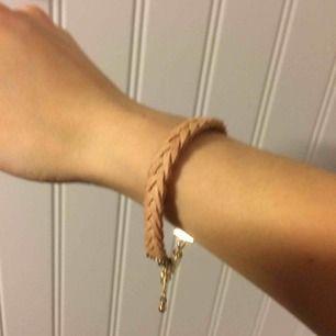 Armband från hm med flätad design. Supersnygg till sommarhalvåret (eller annars oxå för den delen). Använt 3 ggr