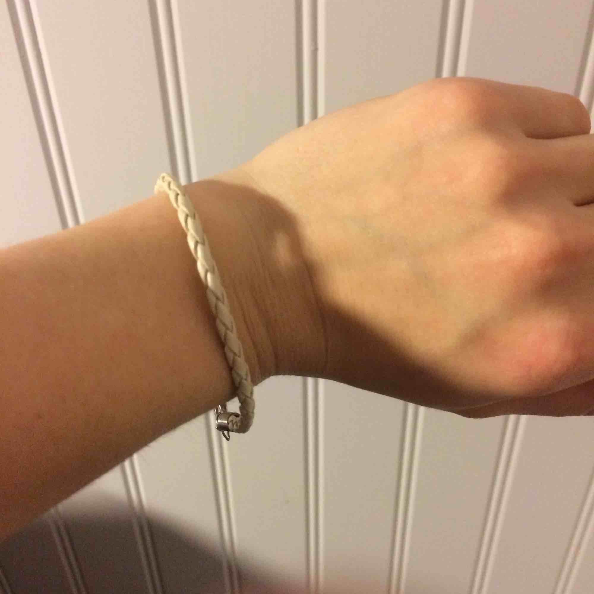 Flätat armband, vet ej varifrån Använt ett par ggr. Accessoarer.