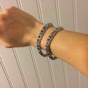 Elastiska armband med blåa/gråa stenar o silverband. Tror de är äkta men osäker då jag fick dem av en kompis som inte använde dem. Väldigt fina!