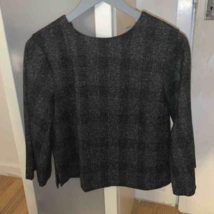 En svart grå kostym blus/tröja med dragkedja. I bra skick! 😄 vid betalning används swish :)
