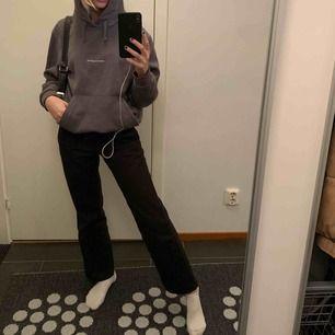 """Grå hoodie med text fram """"POETICCOLLECTIVE"""" och tryck på ryggen. Köpt på Junkyard och den är knappt använd. Mysig med bra passform"""