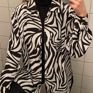 Cool vintage zebra-skjorta, ingen annan kommer ha liknande! Storlek 12 från London. Frakt är i räknat i priset 🦓