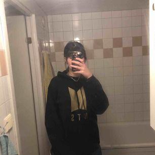En jättesnygg bts hoodie i storlek M som är lite oversize på mig, passar flera storlekar. Använts några gånger, köpt för 200 kr. Köparen står för frakt.