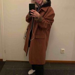 Brun kappa köpt på Kappahl, väldigt varm så funkar som vinterjacka. Storleken står inte men jag skulle gissa på M/L, men den är snyggt oversized.