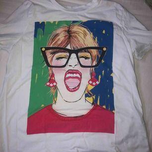 Snygg tröja från Zara, köpt i somras men använder inte längre! Storlek M men skulle säga att den sitter som en S, i bra skick, frakt tillkommer