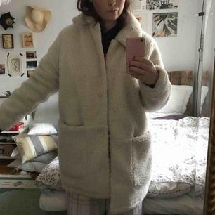 Supermysig teddykappa!! Den är i storlek L men jag som är en typisk S och 163 cm lång passar den perfekt och ja man får olats med en hoodie under🥰😍 Använd fåtal gånger och är bara en månad gammal, nypris 500 men är snäll och sänker:)) frakt 50kr😁