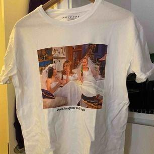Säljer denna T-shirt ifrån pull & bear! Aldrig använd ✌🏼