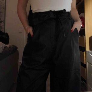 Super snygga ballong byxor i läder. Säljer pga inte min stil. Strl 38 men dom är väldigt mycket större i storleken. Lite slitna längst ner. Kan mötas i sthlm annars står köpare för frakt! <3