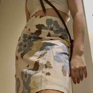 Super fin vintage kjol från Vero Moda. Super snygg på sommaren när man är lite brunare än vad jag är just nu hehe... jätte bra skick! Står 34 på lappen men tycker att den är ganska stor så passar absolut 36 också. Reducerat pris vid köp av flera saker