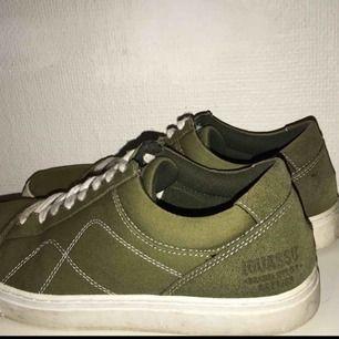 Säljer ett par gröna sneakers.💚🍀 Inget märke jag känner till men de har en fin färg och är bekväma. Knappt använda pga impulsköp :// Storlek 41 om jag inte minns fel