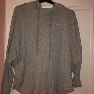 Skit snygg Calvin Klein tröja!! Den är i ett ganska tunt grått materiel med luva och långa ärmar, loggan sitter i högra hörnet och den är i ett fint skick 🕊🕊🕊🖤🖤🖤