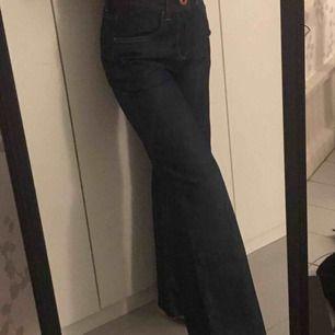 Utsvängda mörk blåa jeans