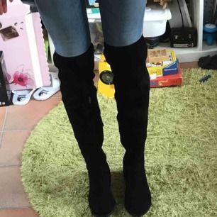 """Säljer ett par svarta """"over the knee"""" boots i mocca/sammetsliknande material. Räcker över knäet på mig som är 180cm lång så de är ganska höga. Väldigt snygga och i bra skick men inte min stil längre, därför säljer jag! Strl: 41 :))"""