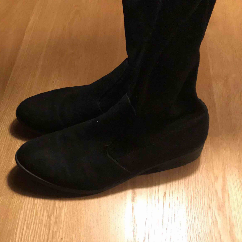"""Säljer ett par svarta """"over the knee"""" boots i mocca/sammetsliknande material. Räcker över knäet på mig som är 180cm lång så de är ganska höga. Väldigt snygga och i bra skick men inte min stil längre, därför säljer jag! Strl: 41 :)). Skor."""