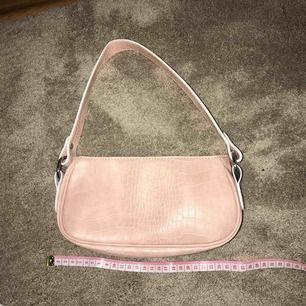 Gullig rosa väska från asos! Fint krokodilmönster och inte använd. Säljs pga har två🥰