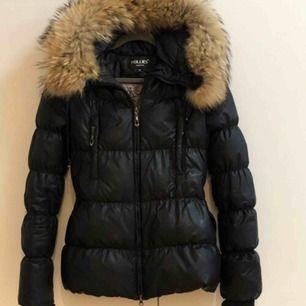 Hollies jacka i lite längre modell, äkta päls, bälte följer med. Fin och varm, storlek 38💗