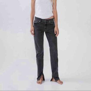 Gråa zara jeans med slits längst ner! Supersnygga, men slutsålda på zara💞