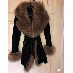 Säljer min pälsjacka, i storlek 1. Motsvarar XS/S. Använd en vinter förra året. Jättefint skick syns knappt att den är använd. Mer bilder kan skickas kvaliten blir ej bra här.