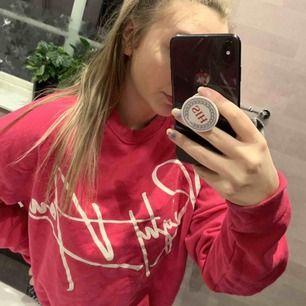 Super fin rosa tröja säljs då den inte kommer till användning! Tröjan är endast använd ett fåtal gånger och är ganska stor i modellen! Mötes i Avesta, hedemora eller så får köparen stå för frakten!