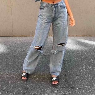 Pösiga jeans från pretty little thing i storlek 32, men ganska stora i storleken så passar mig som har 34/36. Använda en enda gång!