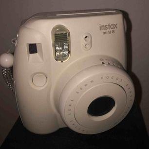 Jag säljer en vit Polaroid kamera. Instax mini 8. Kameran är i bra skick, och följer med lådan den kom i när jag köpte den. Det är 9 films i kameran, (du kan köpa till 10st films för 60kr, kostar vanligtvis 129kr)