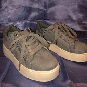 Riktigt snygga skor, bara använda en gång. Säljer dem pga jag inte får till någon användning mer. Storlek 36, i färgen grå/militärgröna. Ungefär 4cm platå. Köpte dem för 399kr  Obs! Frakt tillkommer