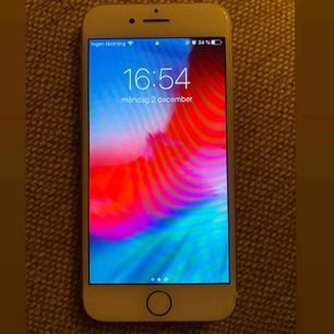 iPhone 7, 128gb fullt fungerande. Endast en liten spricka längst ner till höger men inget som stör skärmen!