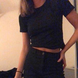 Ribbad svart t-shirt från Zara i storlek S! Använd fåtal gånger och är i bra skick. Köparen står för frakt💓
