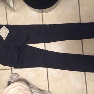 Helt nya odd Molly jeans med tags kvar , slit nere på bena därframme