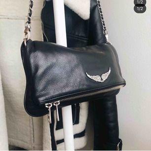 Svart Zadig väska, standard modellen! Köpt för 3380kr. Köptes 2018 men säljer den nu för den inte kommer till användning längre. Den är i bra skick och båda banden ingår