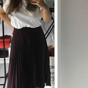 """Jättefin plisserad kjol i tjockare """"siden"""" material. Färgen skiftar i ljuset men i dagsljus ser den ut som bild 1. Bra skick och bara använd ungefär 5 gånger. Säljer pga inte min stil längre. Storlek 36, men sitter hyfsat tight."""