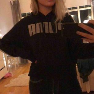 Väldigt skön hoodie går ner lite längre än midjan, den är från puma med kenzas designe