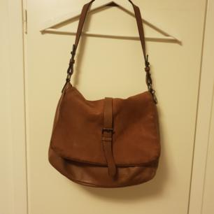 Äkta mocka/läder väska i mörkbrun