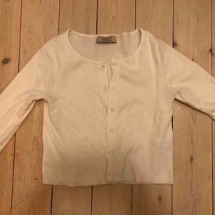 Vit långärmad tröja. Jätte snygg, passar med så många outfits. Skulle behålla den själv om det inte va fel storlek. Helt oanvänd.