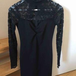 Säljer denna fina klänning strl M med spetsärmar från bik bok. Endast testad fint skick! Passar till nyår, fest mm. Frakt ingår!