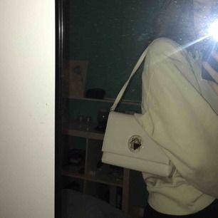 Superfin grå väska med ett spänne av silver😊Bandet är justerbart och instoppat i väskan. Nästan oanvänd och utan skador.