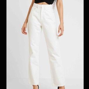 Vita weekday jeans i modellen row. Endast använda 2 gånger, inga skador. Frakt tillkommer. Nypris 500kr.
