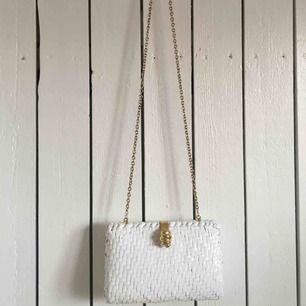 Unik handväska köpt vintage. Hårt skal med vackra gulddetaljer. Kommer tyvärr inte till användning så mycket längre söker ny taggad ägare för en one of a kind item. Frakt tillkommer alternativt mötas upp i Gbg.