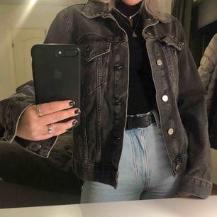 Något oversized jeansjacka från BikBok I väldigt fint skick o endast använd ett fåtal gånger! :)